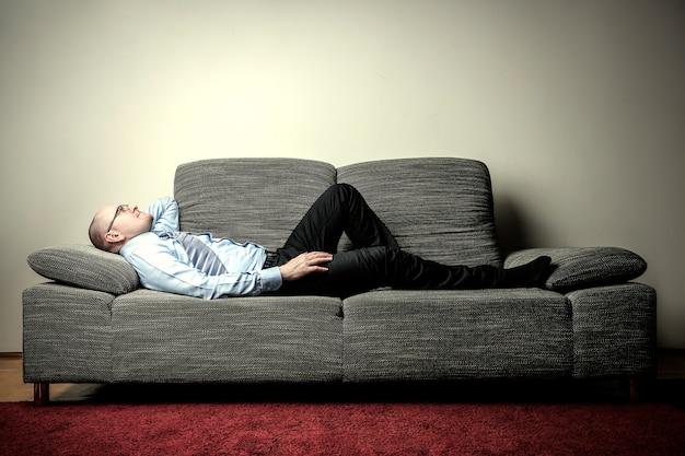 Uomo d'affari che si trova su un divano