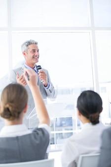Uomo d'affari che spiega il grafico sulla lavagna nell'ufficio