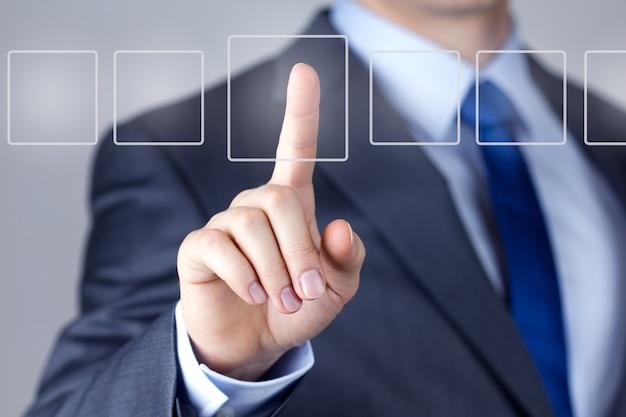 Uomo d'affari che spinge su un'interfaccia touch screen