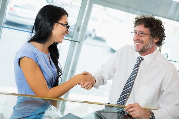 Uomo d'affari che stringe le mani con il collega