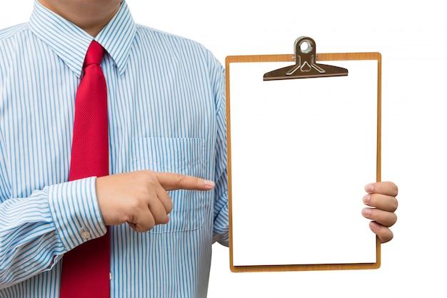 Uomo d'affari che tiene e che punta alla lavagna per appunti. isolato su sfondo bianco