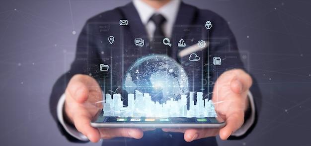 Uomo d'affari che tiene l'interfaccia utente smart city con icona, statistiche e dati