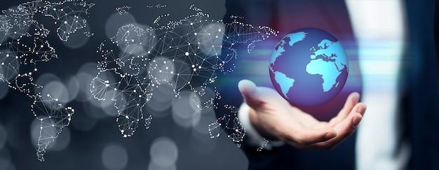 Uomo d'affari che tiene rete globale e scambi di dati in tutto il mondo