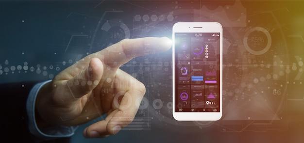 Uomo d'affari che tiene smartphone con i dati dell'interfaccia utente sullo schermo isolato