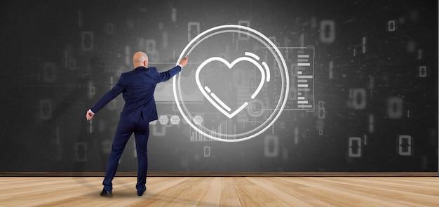 Uomo d'affari che tiene un'icona del cuore circondata da dati