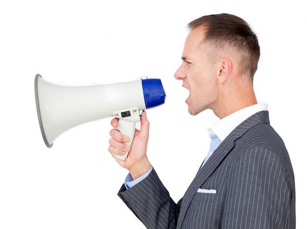 Uomo d'affari che tiene un megafono