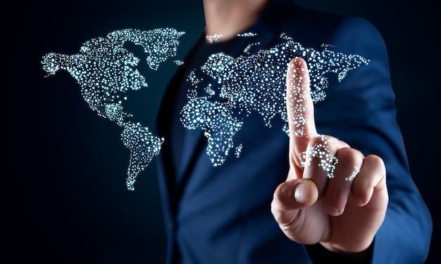 Uomo d'affari che tocca sulla mappa del mondo con interfaccia di comunicazione futuristica.