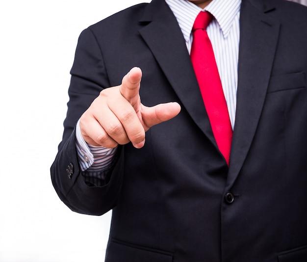 Uomo d'affari che tocca uno schermo invisibile vuoto. immagine di concetto del touch screen. isolato