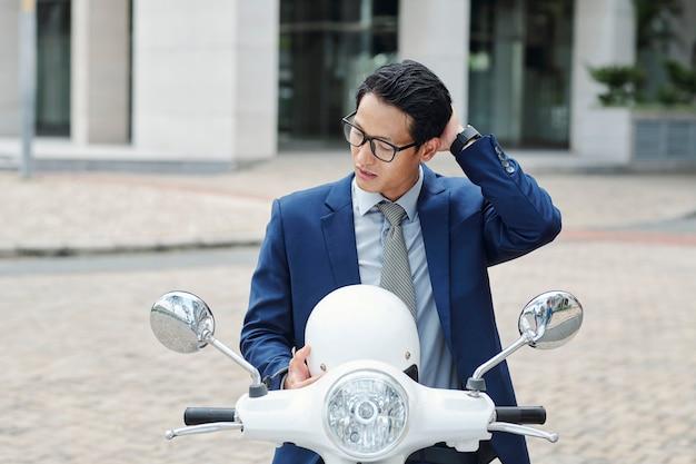 Uomo d'affari che toglie il casco
