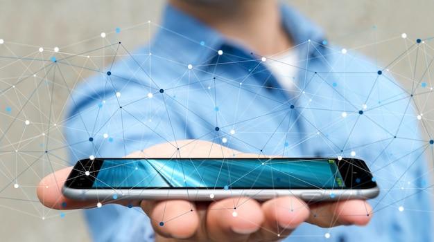 Uomo d'affari che usando la rete di trasmissione di dati digitale con il telefono cellulare