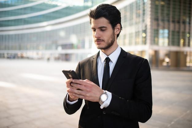 Uomo d'affari che usando un'app sul suo telefono