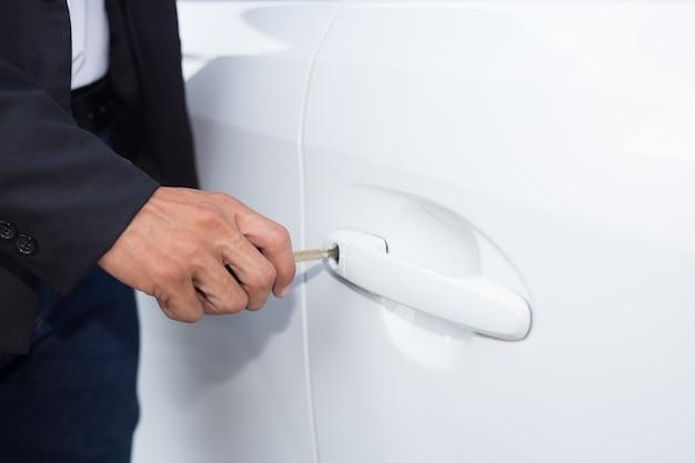 Uomo d'affari con chiave dell'automobile