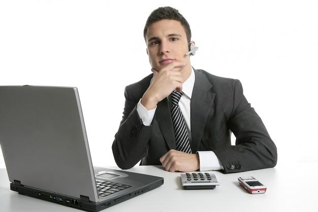 Uomo d'affari con cuffie e laptop