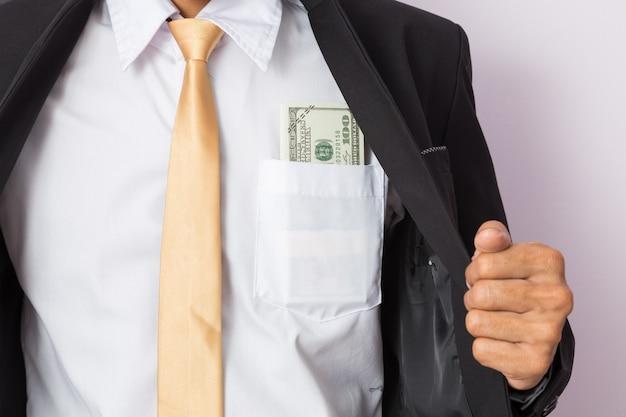 Uomo d'affari con i soldi in studio