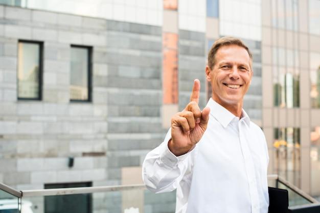 Uomo d'affari con il dito indice in su