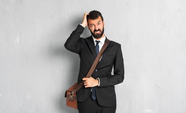 Uomo d'affari con la barba con un'espressione di frustrazione e non comprensione