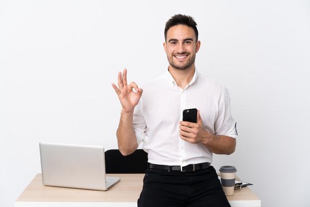 Uomo d'affari con la barba in un posto di lavoro