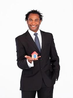 Uomo d'affari con la casa per il concetto di immobiliare
