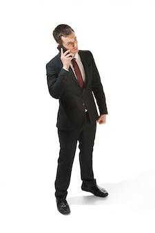 Uomo d'affari con la faccia molto seria e parlando al telefono