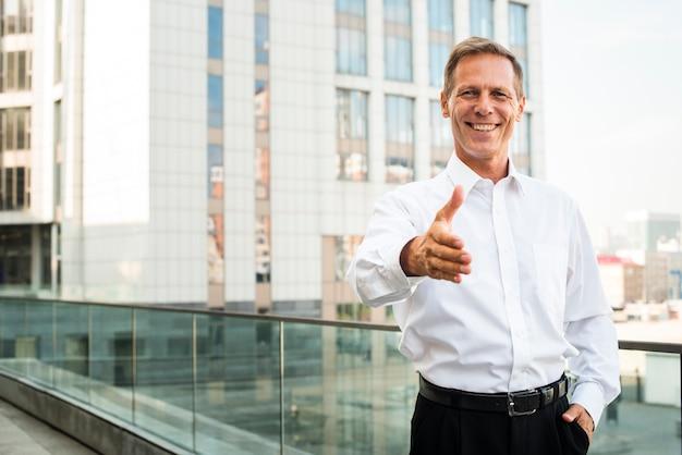 Uomo d'affari con la mano protesa