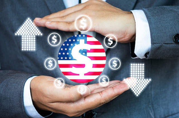 Uomo d'affari con la mano protettiva gesto per il simbolo del dollaro.