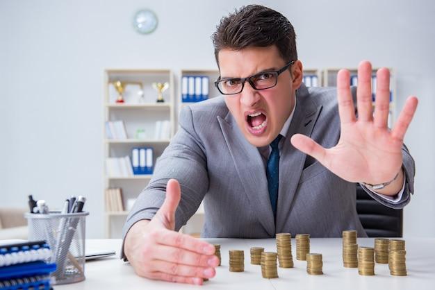 Uomo d'affari con le monete dorate nel concetto di crescita di affari