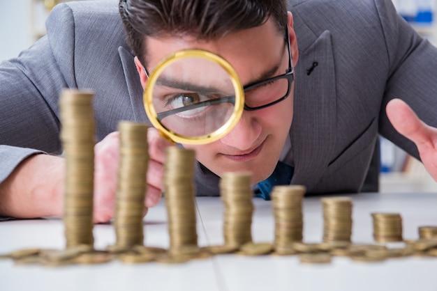 Uomo d'affari con monete d'oro