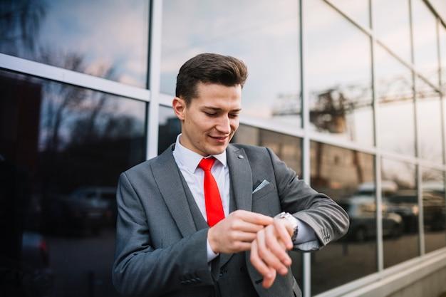 Uomo d'affari con orologio