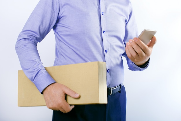 Uomo d'affari con smart phone e scatola