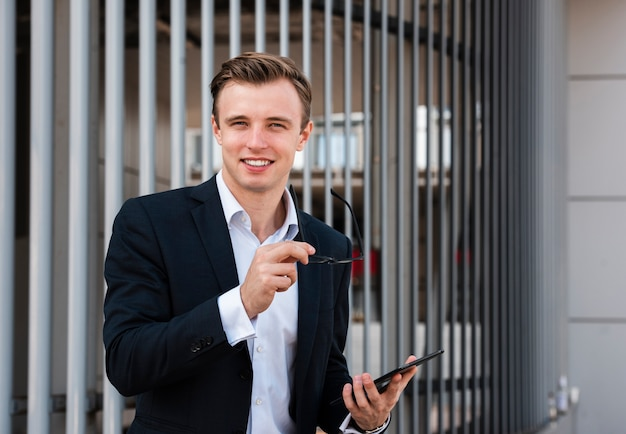 Uomo d'affari con tablet guardando la fotocamera