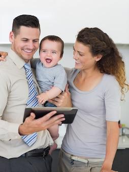Uomo d'affari con tavoletta digitale e famiglia