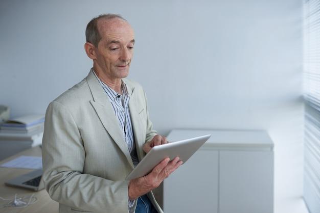 Uomo d'affari con tavoletta digitale