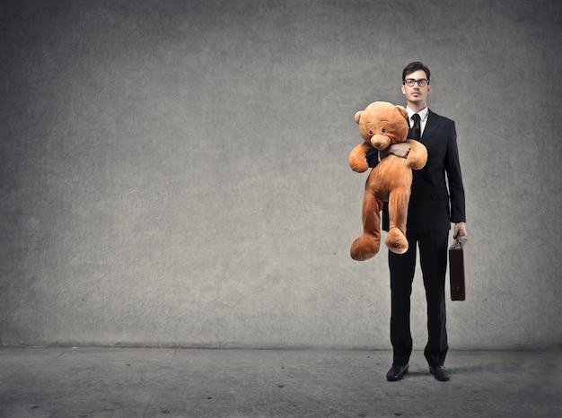 Uomo d'affari con un orsacchiotto