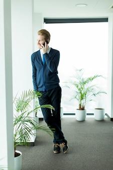 Uomo d'affari con un telefono