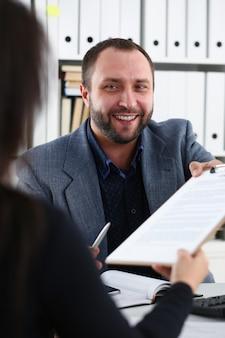 Uomo d'affari dando appunti