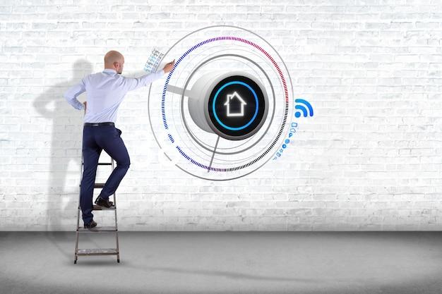 Uomo d'affari davanti ad una parete con un bottone di una automazione domestica astuta - rappresentazione 3d
