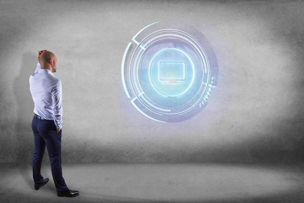 Uomo d'affari davanti ad una parete con un bottone tecnologico del computer di shinny - 3d rendono