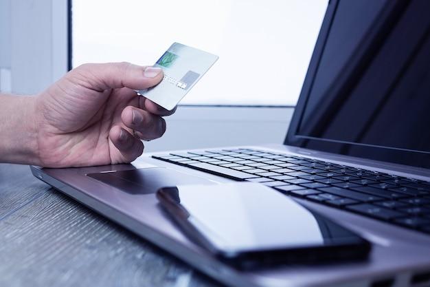 Uomo d'affari del computer portatile della carta assegni