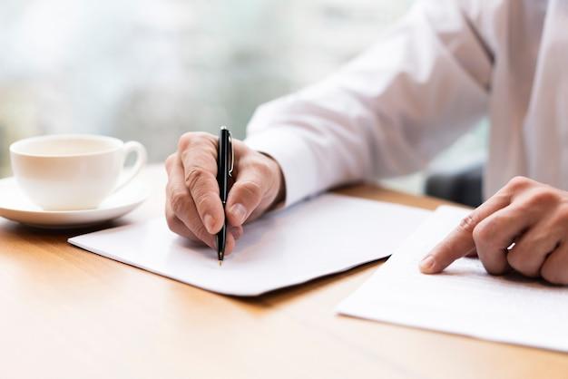 Uomo d'affari del primo piano pronto a firmare un contratto