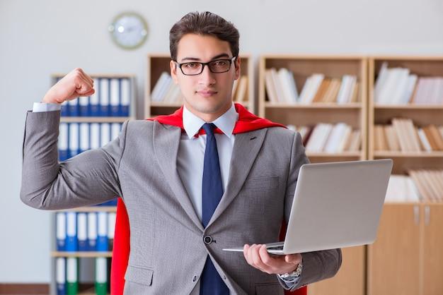 Uomo d'affari del supereroe che lavora nell'ufficio