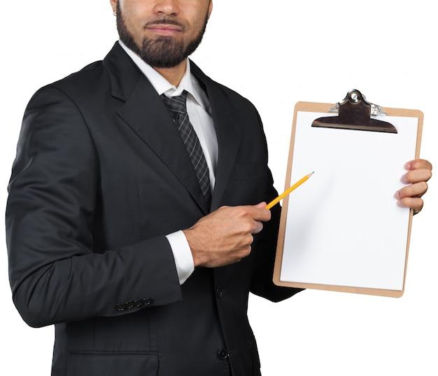 Uomo d'affari dell'uomo di colore con una lavagna per appunti isolata su fondo bianco