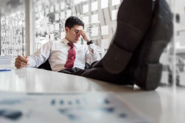 Uomo d'affari depresso sentirsi stressato in ufficio.