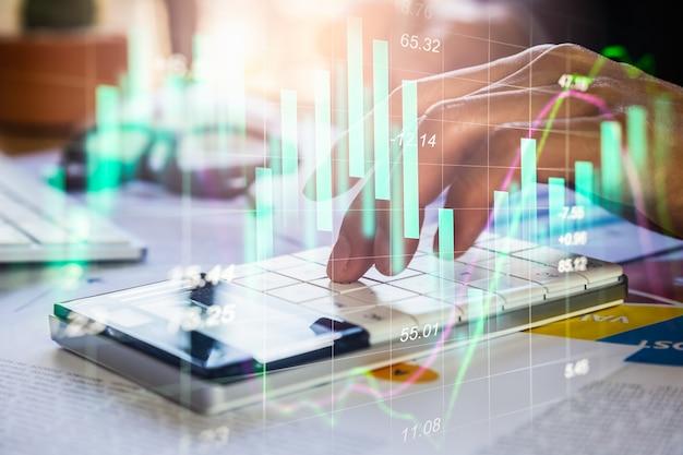 Uomo d'affari di doppia esposizione e grafico del mercato azionario o forex.