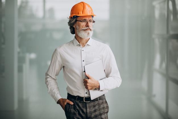 Uomo d'affari di mezza età in un cappello duro