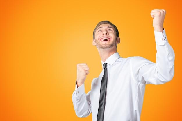 Uomo d'affari di successo che celebra con le braccia in su