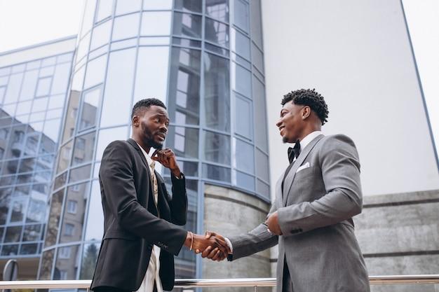 Uomo d'affari due africani che si incontrano insieme