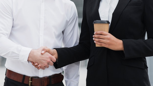 Uomo d'affari e donna che stringe la mano