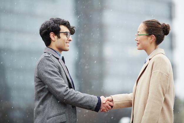 Uomo d'affari e donna d'affari che agitano le mani