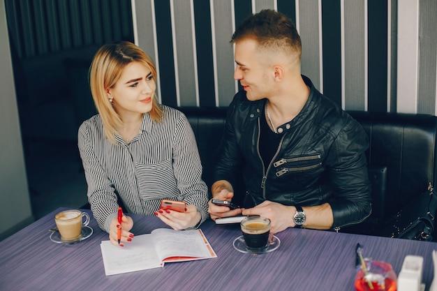 Uomo d'affari e donna d'affari in un caffè
