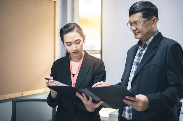 Uomo d'affari e donna di affari che discutono progetto alla riunione